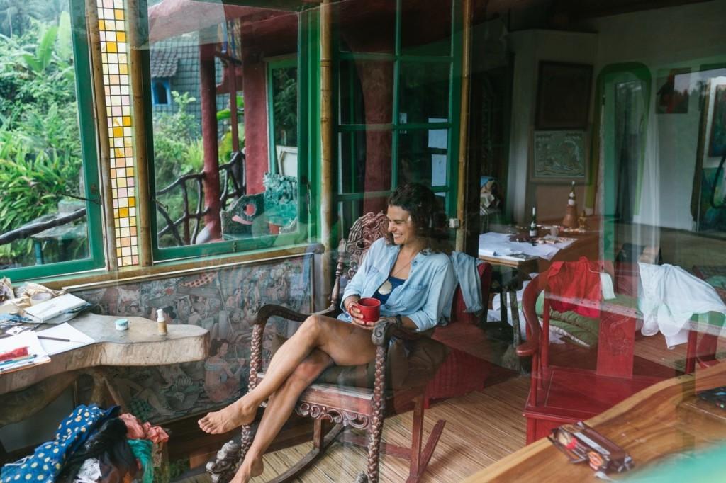 女性が座る木製のロッキングチェア