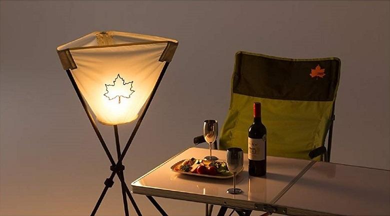 行燈のように高所からテーブルを照らすライト